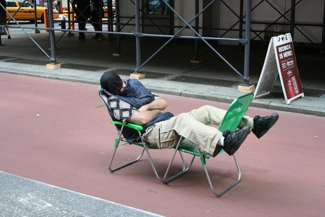 Dormire dopo pranzo: fa bene o fa male? Benefici e controindicazioni del riposino dopo i pasti