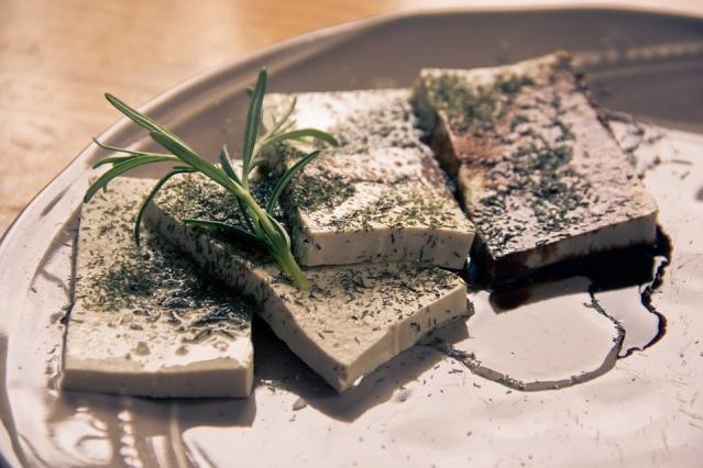 Formaggi vegetali: quali sono? Tipi, caratteristiche e calorie dei formaggi per vegetariani e vegani