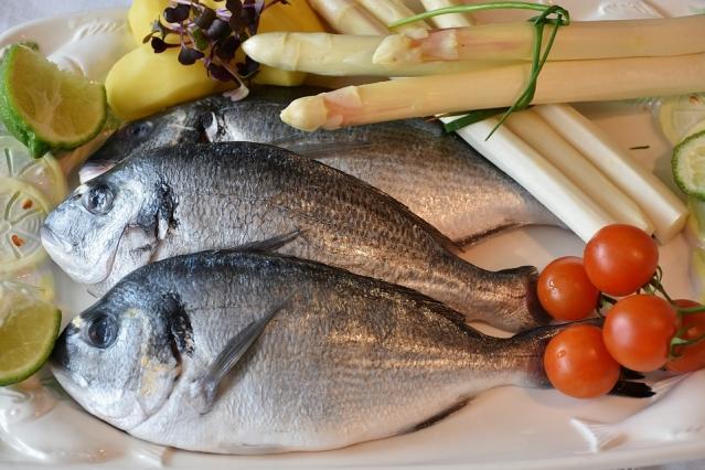 Mangiare pesce fa bene o fa male? Benefici e rischi